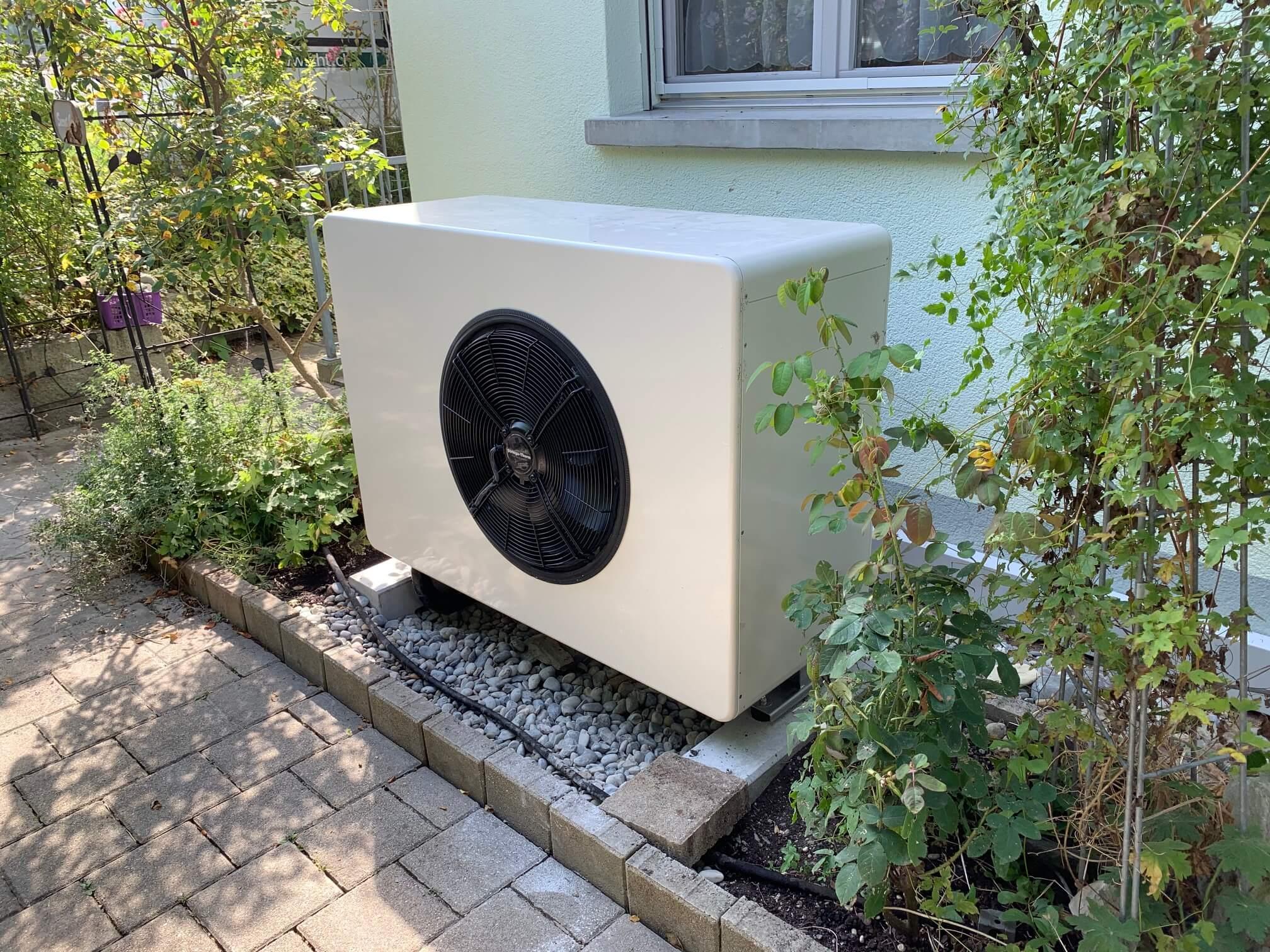 Wärmepumpe Striega-Therm in Garten aufgestellt