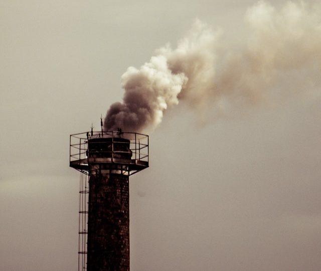 Klimawandel durch rauchenden Kamin